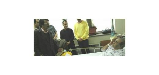 عمل جراحی استاد «حسین خواجهامیری» به تعویق افتاد علیرضا افتخاری از «ایرج» عیادت کرد موسیقی ما - عمل جراحی استاد «ایرج» پس از عدم رضایت کادر پزشکی از تست بیهوشی ایشان، به تعویق افتاد.   به گزارش «موسیقی ما»، حسین خواجهامیری که در روزهای گذشته به دلیل مش