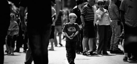 چگونه هنگام گم شدن کودک در پارک یا جای شلوغ واکنش نشان  دهیم؟