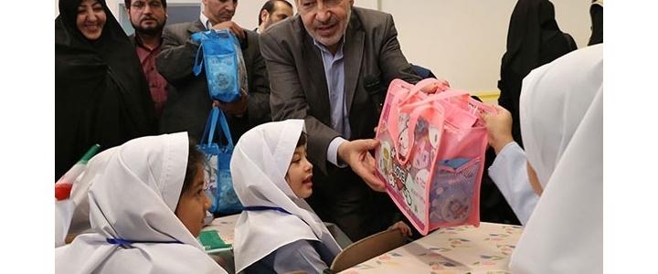 اهدای لوازمالتحریر با طرح خارجی توسط سرپرست آموزش و پرورش